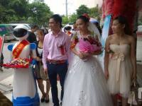上海惊鸿送餐机器人在广西来宾为新人送上祝福