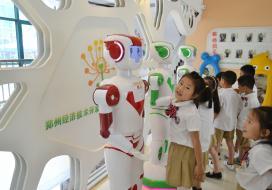 回味不一样的儿童节:当萌娃遇上惊鸿机器人