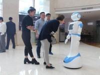 迎宾机器人在房地产物业小区的应用